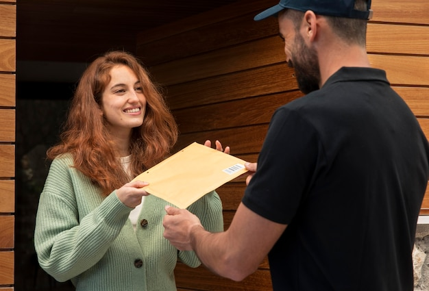 Dostawa mężczyzna dostarcza paczkę dla kobiety