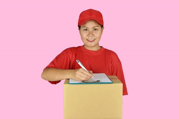 Dostawa młoda kobieta dostawy z pudełkiem po pizzy.