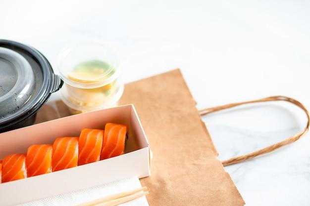 Dostawa obiadu do biura sushi w pudełku pizza i sushi w domu bezpieczna dostawa obiadu do