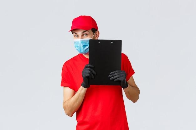 Dostawa paczek i przesyłek, dostawa kwarantanny covid-19, polecenia przelewu. przyjazny kurier w służbie przewoźnika przyniesie porządek pod drzwi, trzymając schowek z formularzem znaku, załóż maskę na twarz i rękawiczki