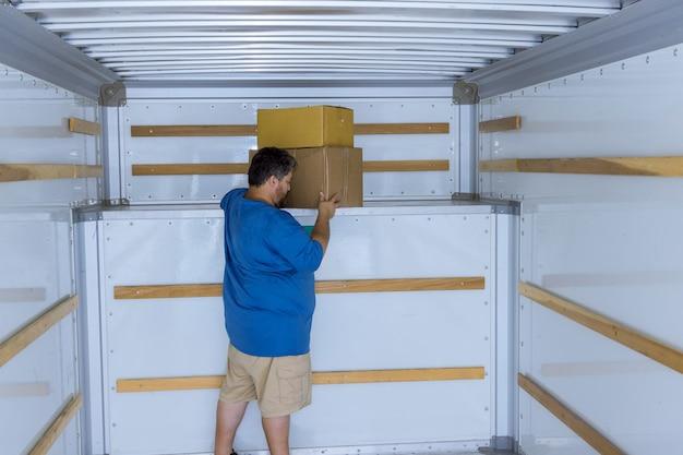 Dostawa paczek kartonowych w systemie transportowym w samochodzie