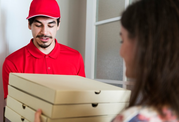 Dostawa pizzy człowiek do klienta