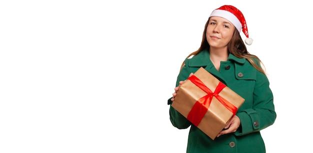 Dostawa prezentu świątecznego do domu. dostawa prezentów na boże narodzenie na białym tle