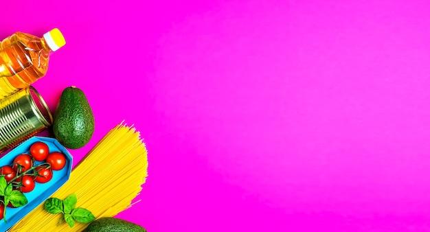 Dostawa produktów na różowej powierzchni