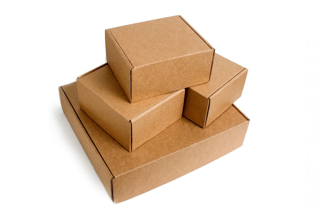 Dostawa. stos skumulowany kartonów na białym tle.