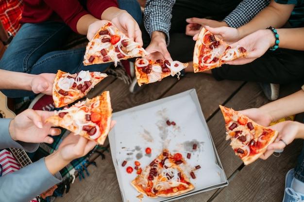 Dostawa włoskiej pizzy. preferencje żywieniowe młodzieży. impreza ze smacznym i pysznym jedzeniem. nastoletni styl życia