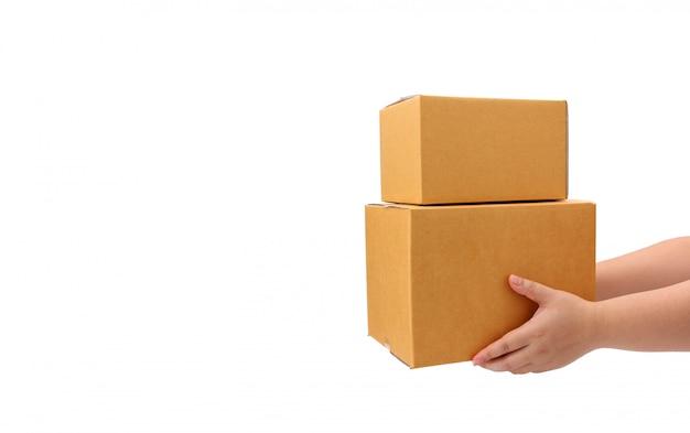 Dostawa wręcza pakuneczka pudełko odbiorca na białym tle - kuriera usługowy pojęcie.