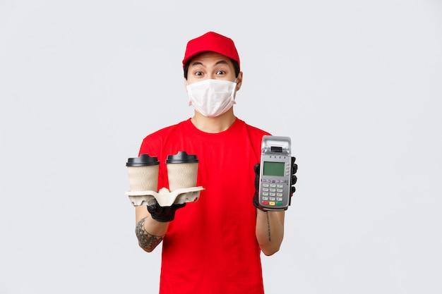 Dostawa zbliżeniowa, bezpieczny zakup i zakupy podczas koncepcji koronawirusa. zabawny kurier w medycznych maskach i rękawiczkach przynosi klientom kawę i terminal pos, daje klientowi zapłatę za zamówienie