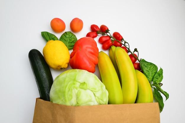Dostawa zdrowej powierzchni żywności wegańskie wegetariańskie jedzenie w papierowej torbie