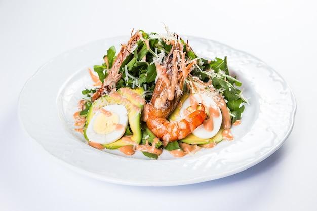 Dostawa zdrowej żywności do restauracji, sałatka, drugie danie lub pierwsze danie na białej powierzchni