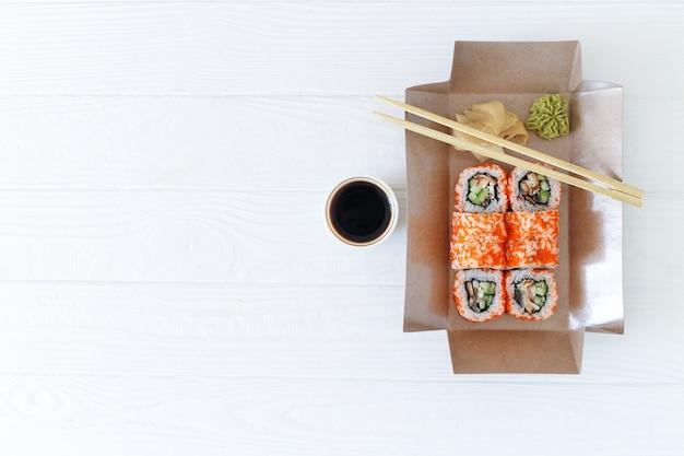 Dostawa zdrowej żywności w restauracji w ekologicznych biodegradowalnych pudełkach