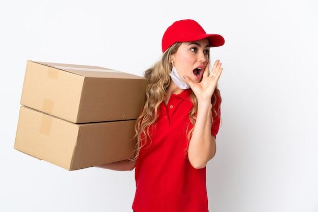 Dostawa żywności brazylijska kobieta na białym tle krzycząc z szeroko otwartymi ustami na bok