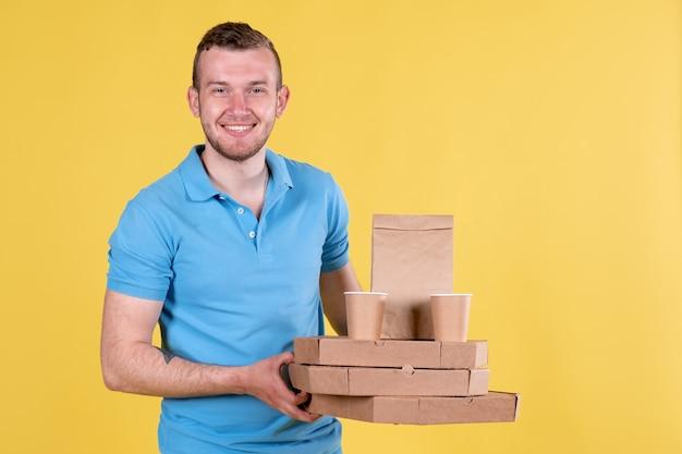 Dostawa żywności młody człowiek w niebieskiej koszulce