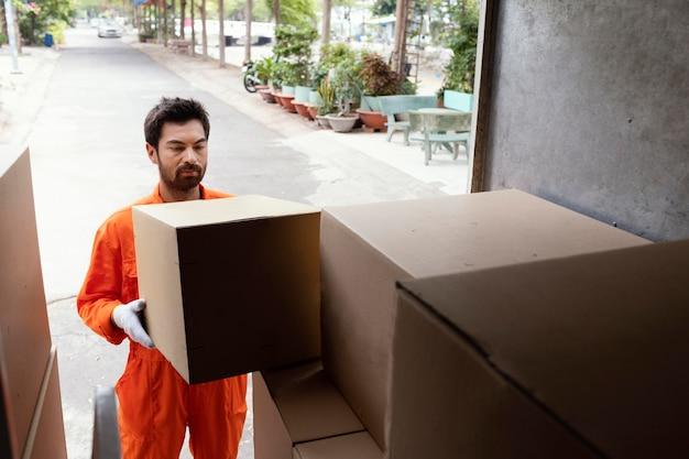 Dostawca ładujący samochód ze skrzyniami dostawczymi