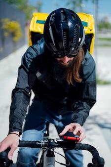 Dostawca na rowerze przez telefon