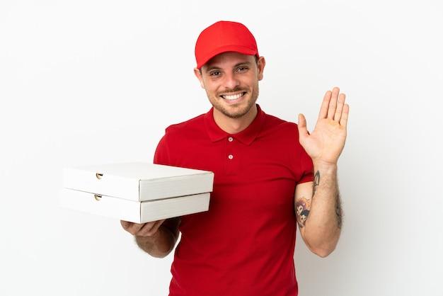 Dostawca pizzy w mundurze roboczym odbiera pudełka po pizzy