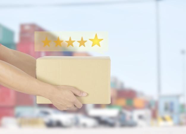 Dostawca posiadający pudełko z pięcioma gwiazdkami