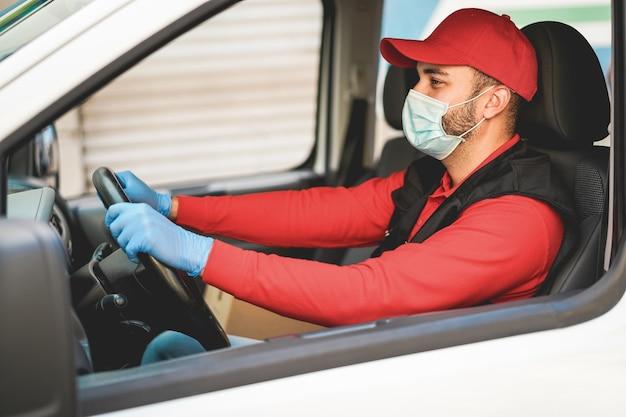Dostawca prowadzący samochód dostawczy podczas epidemii koronawirusa