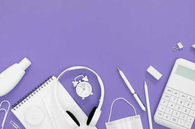 Dostawy dla szkoły z purpurowym tłem
