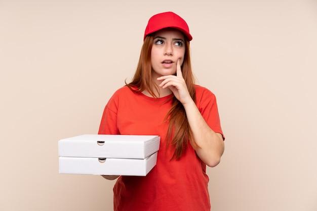 Dostawy pizzy nastolatka dziewczyna trzyma pizzę myśli pomysł