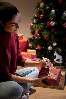 Dostosowywanie prezentów w noc przed świętami bożego narodzenia