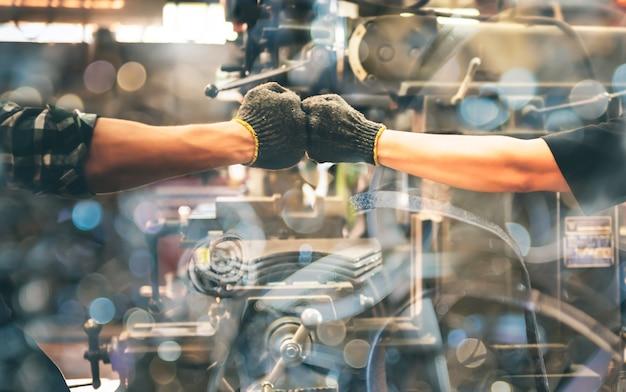 Doświadczeni przedsiębiorcy, 2 mechaników używana dłoń do uderzenia pięścią.