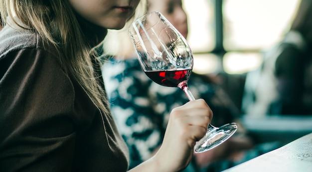 Doświadczenie degustacyjne z kieliszkami wina na stole.