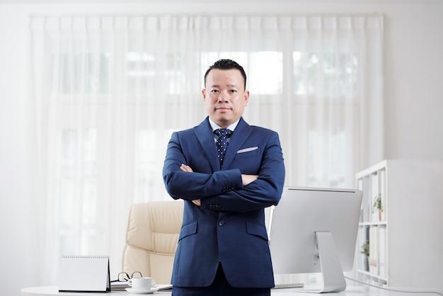 Doświadczony azjatycki biznesmen