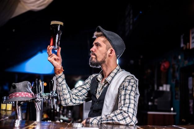 Doświadczony barman demonstruje proces robienia koktajlu