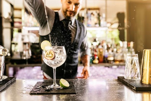 Doświadczony barman robi koktajl w nocnym klubie