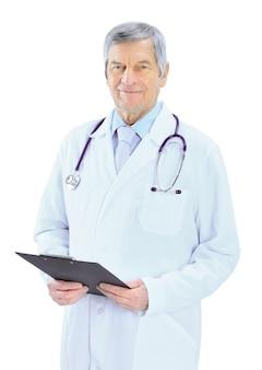 Doświadczony lekarz na białym tle.