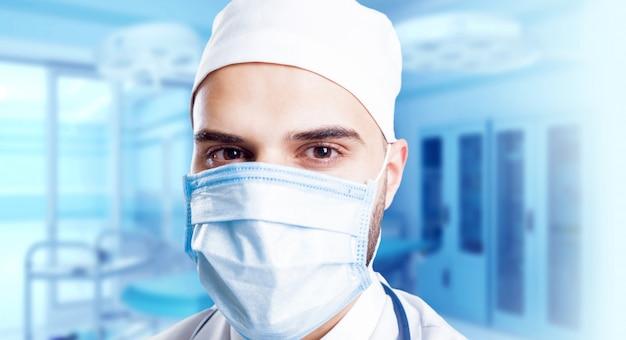 Doświadczony lekarz w sali operacyjnej
