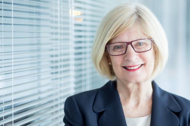 Doświadczony starszy kobieta wykonawczy w okularach