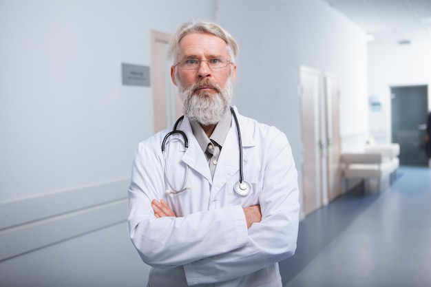 Doświadczony starszy mężczyzna lekarz pewnie patrząc do kamery
