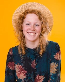 Dosyć kędzierzawa redheaded kobieta w studiu z jaskrawym tłem