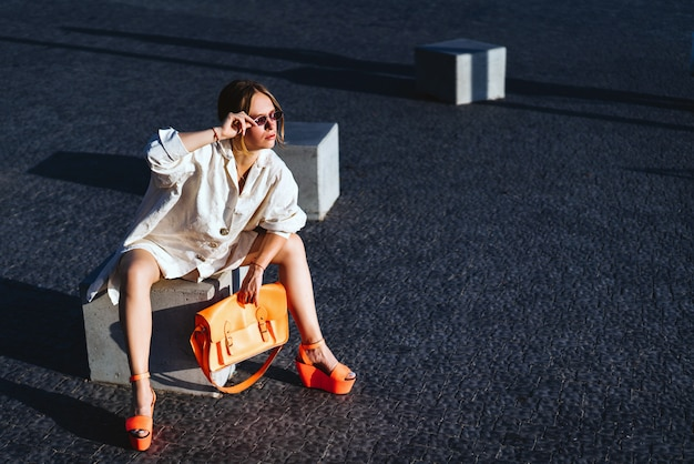 Dosyć modnej kobiety pozować plenerowy na ulicie
