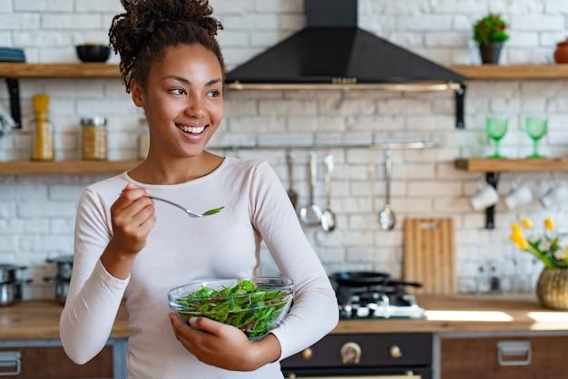 Dosyć mulatowe gospodarstwo domowe w domu zdrowe jedzenie, smaczne sałatki