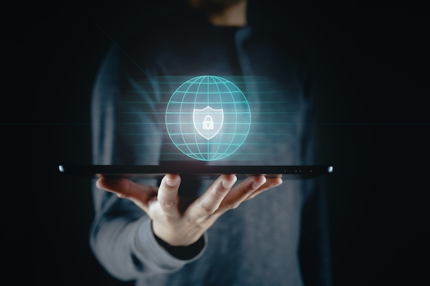 Dotyk dłoni człowieka na wirtualnym ekranie ikona kłódki ochrona danych informacje o prywatności cyberbezpieczeństwo