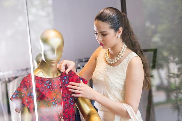 Dotykając sukienkę