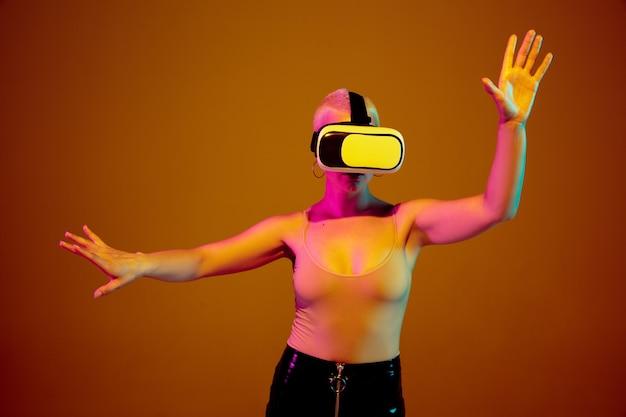 Dotykając, wskazując na copyspace. młoda kobieta kaukaski na brąz w świetle neonowym.