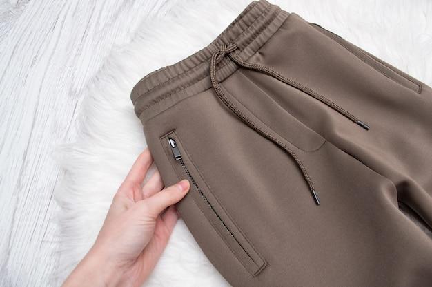 Dotykające brązowe spodnie z zamkiem