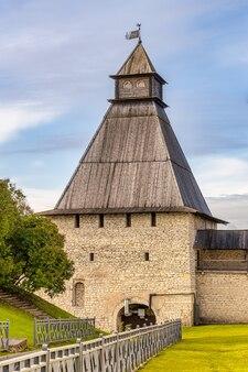 Dowmontowa wieża kremla pskowskiego psków jesienią
