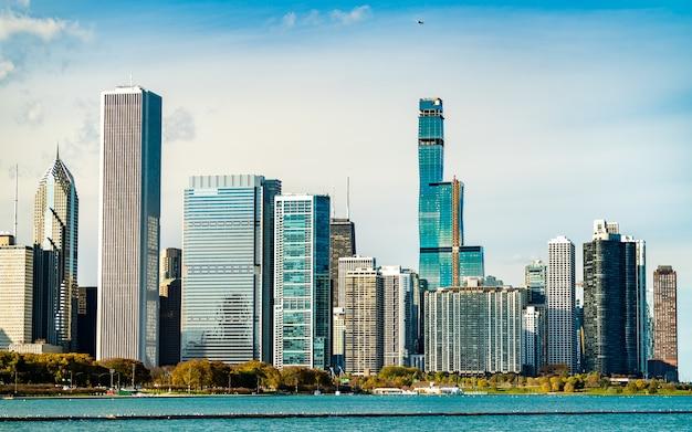 Downtown chicago skyline nad jeziorem michigan. stany zjednoczone