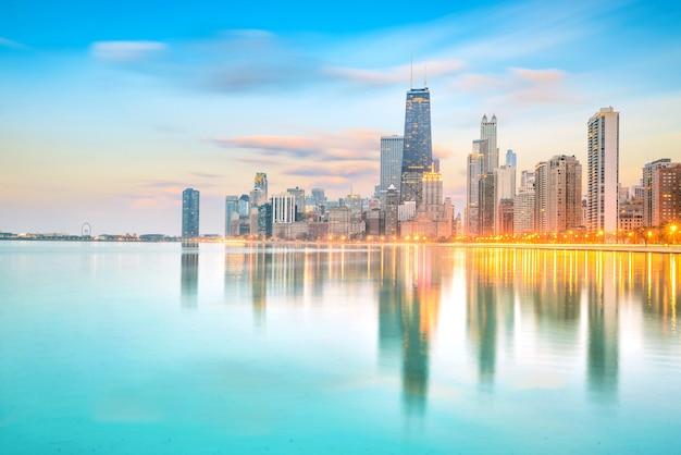 Downtown chicago skyline o zachodzie słońca illinois, usa