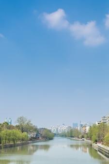 Downtown city skyline wzdłuż rzeki