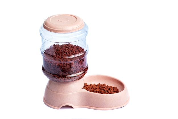Dozownik karmy dla zwierząt domowych lub dozownik karmy dla zwierząt domowych na białym tle