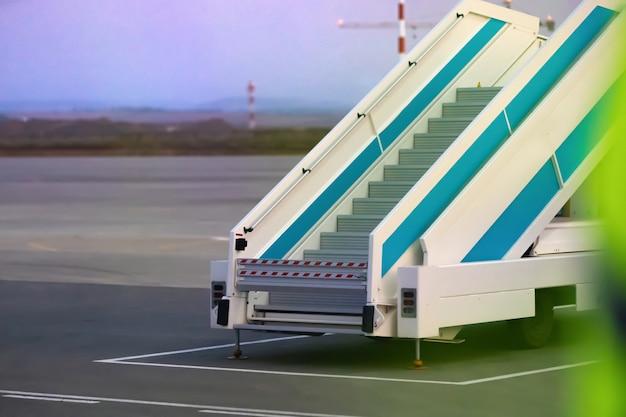 Drabinka do samolotu do wysiadania i wsiadania pasażerów na pokład samolotu