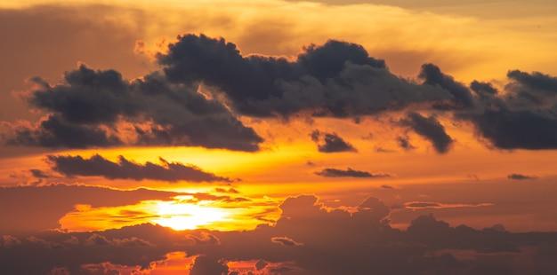 Dramatics pomarańczowe i czerwone niebo zachód lub wschód słońca z chmurą