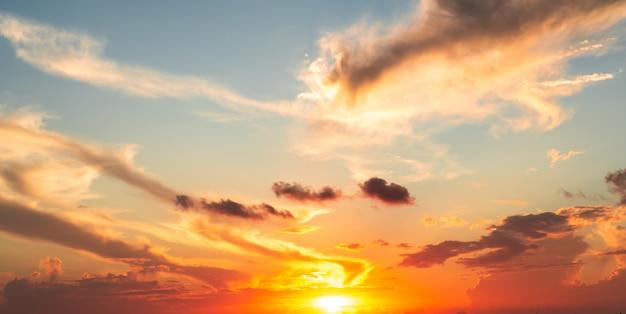 Dramatics pomarańczowe i czerwone niebo zachód lub wschód słońca z chmurami