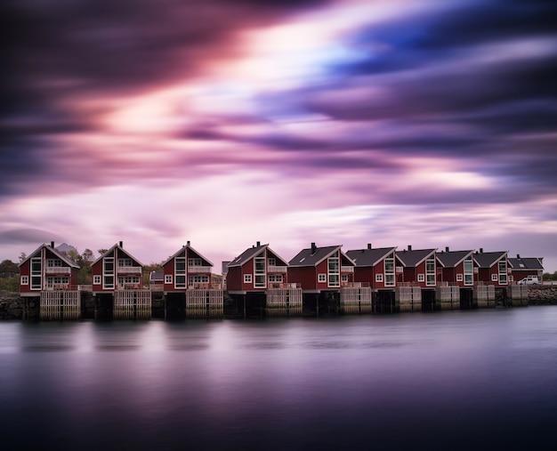 Dramatyczna linia domków na tle norwegii